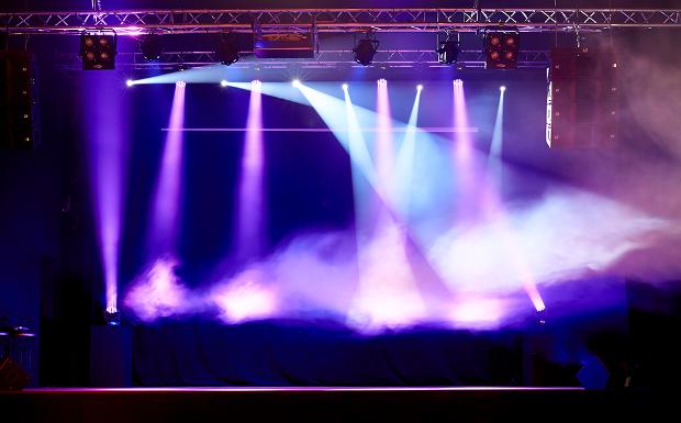 Top Künstler wie David de Maria oder Antonio Orozco wollen aber auch im rechten Licht stehen. Dies gewährleisten 12 extrem Leistungsstarke Cameo Par 64 Can Q 8W BS sowie 6 CLP RGB 60W Scheinwerfer.