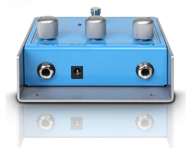 Double jack for input and output, and standard DC port for the power cord which, as is standard with small pedals, is not included in delivery.