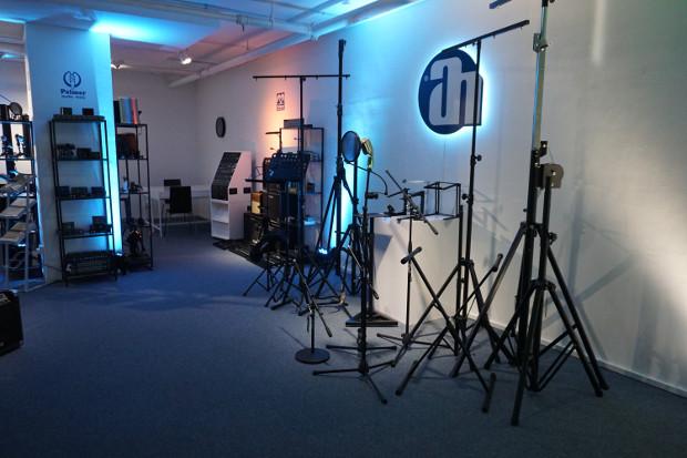 Dans son Showroom de 300 mètres carrés, Adam Hall présente l'intégralité de son portefeuille de produits qui s'étend du domaine de l'éclairage aux enceintes en passant par les câbles et les mixeurs.