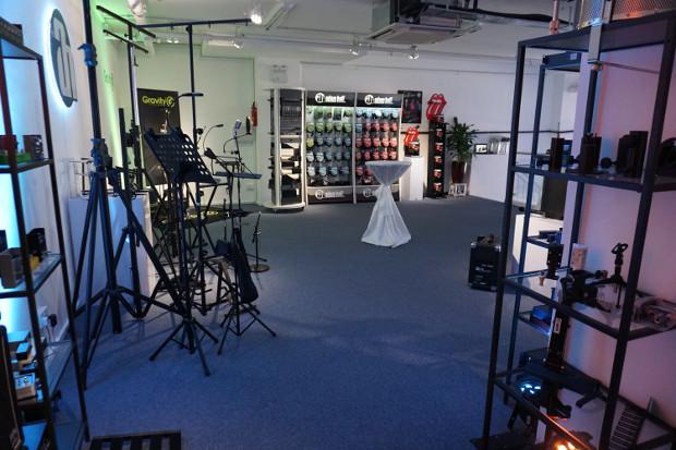 Dans son Showroom de 300 mètres carrés, Adam Hall a présenté l'intégralité de son portefeuille de produits qui s'étend du domaine de l'éclairage aux enceintes en passant par les câbles et les mixeurs.