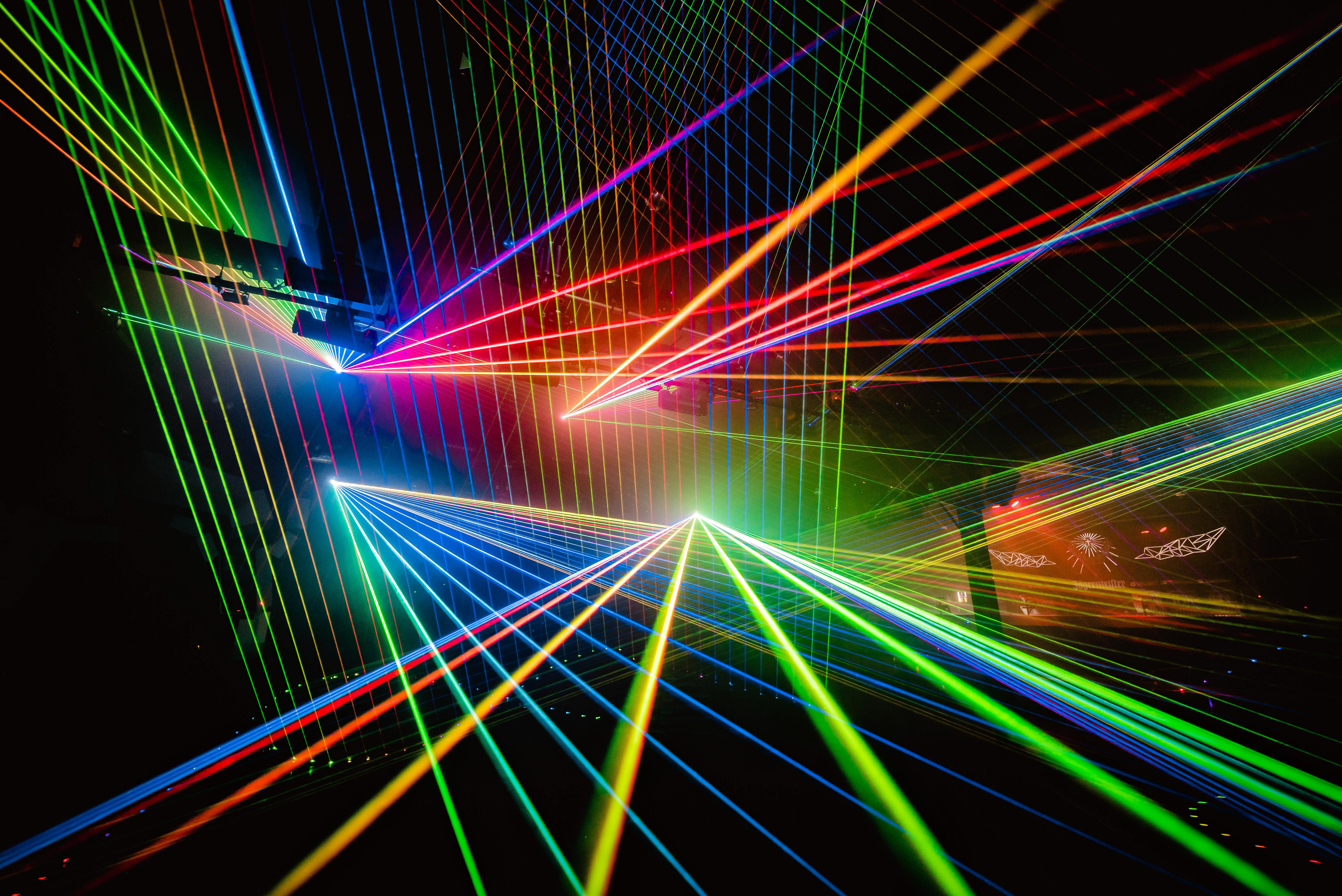 Láser desde todas las direcciones – Cameo D FORCE en la discoteca Bootshaus