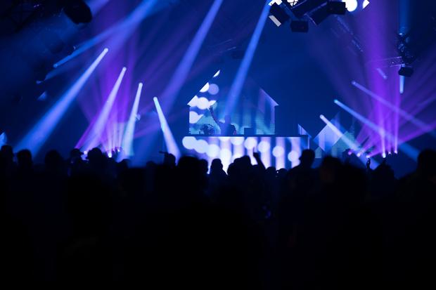 Prensa: Focos y graves para quienes quieren baile – Cabezas móviles OPUS SP5 y AZOR B1 de Cameo en el festival NATURE ONE